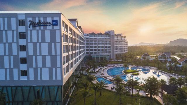 Tại Phú Quốc, hiện đã hội tụ đầy đủ tên tuổi lớn trong lĩnh vực bất động sản như Vingroup, Sun Group, CEO Group… với những thương hiệu quản lý khách sạn danh tiếng đã hiện diện ở Phú Quốc, như Radisson Blu, InterContinental Hotels Group, Marriott International, Accor, Movenpick, Melia…
